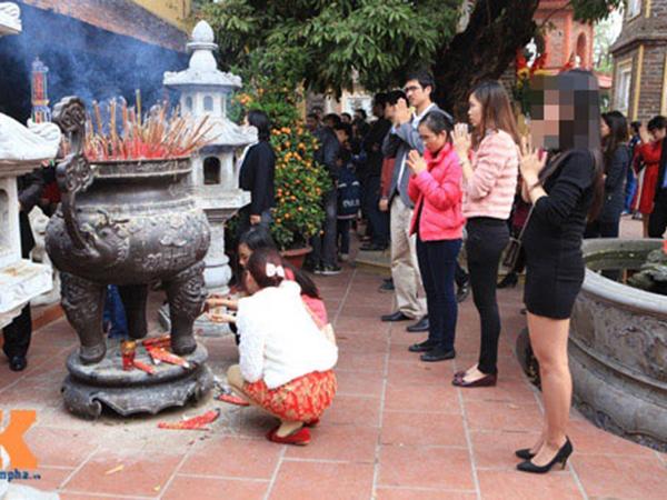 Những bộ váy đầm ngắn là hình ảnh khá quen thuộc tại chốn chùa chiền ngày nay