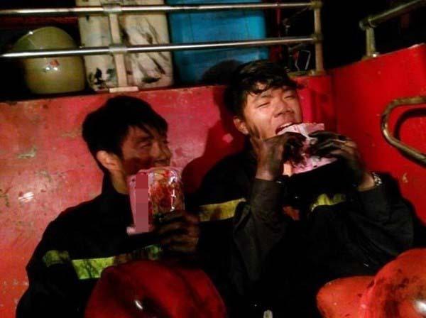 Bức ảnh chụp 2 người lính cứu hỏa đang nghỉ ngơi