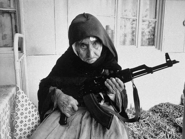 Một cụ bà 106 tuổi người Armenia cầm súng