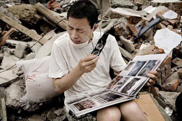 Một người đàn ông bật khóc khi tìm thấy cuốn album ảnh gia đình