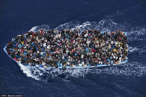 bức ảnh người di cư của nhiếp ảnh gia người Ý Massimo Sestini được chụp trên Biển Địa Trung Hải