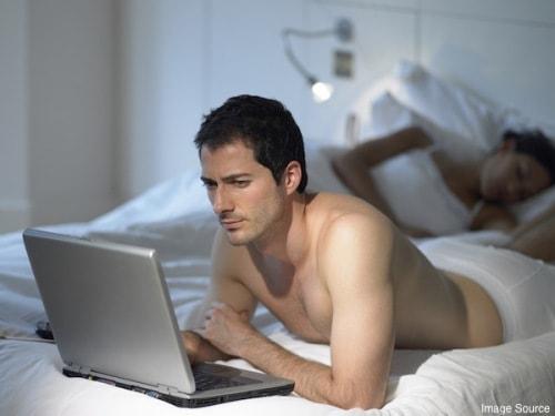 Vì sao đàn ông thích ngoại tình qua mạng?