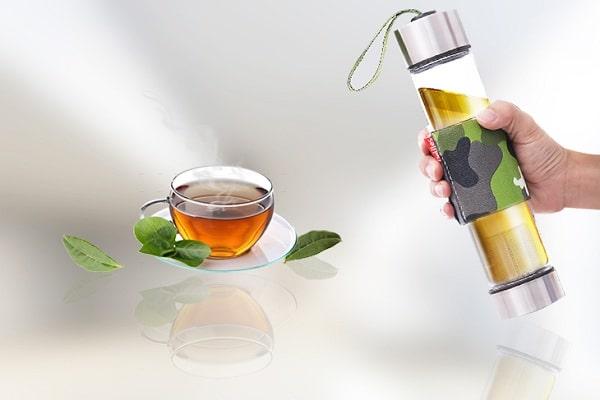 Pha trà trong cốc giữ ấm