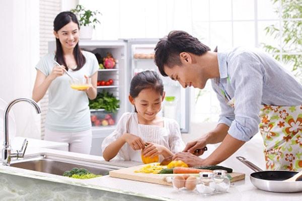 Cuộc sống vợ chồng hạnh phúc hơn nếu biết san sẻ việc nhà cùng nhau