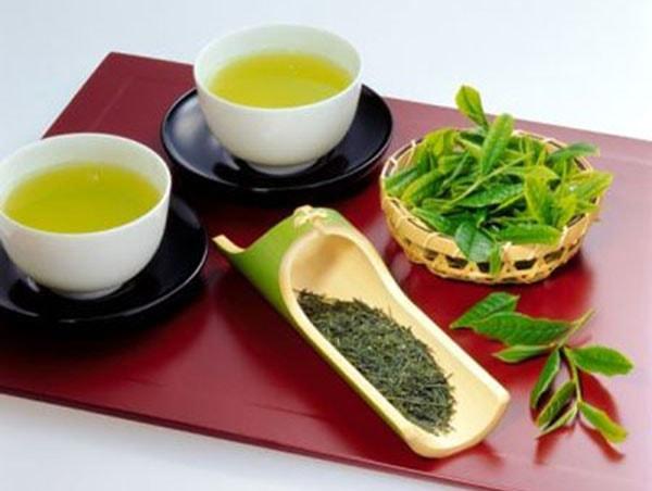 Trị môi khô nứt nẻ bằng trà xanh
