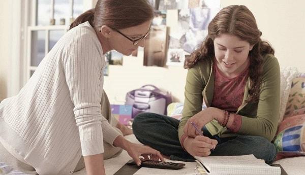 Cha mẹ nên thận trọng khi tìm gia sư cho bé gái