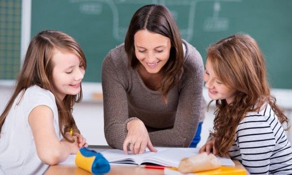 Không nên để cho trẻ và gia sư ở trong phòng riêng trong suốt buổi học