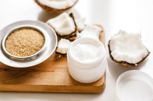 Sử dụng hỗn hợp dầu dừa và đường nâu để trị nám da