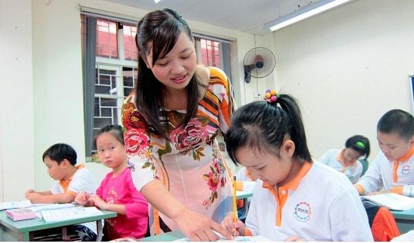 Giáo viên trường tiểu học công lập có kinh nghiệm và kỹ năng giảng dạy