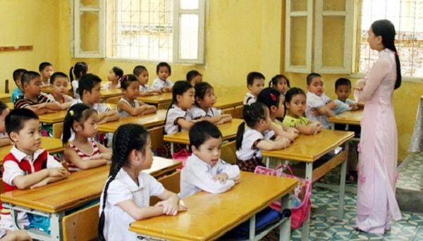 Học sinh trong 1 lớp ở trường tiểu học công lập tương đối đông