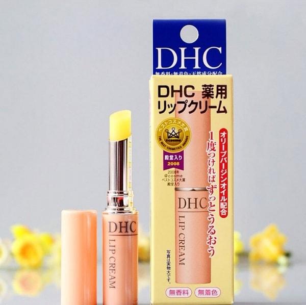 Son dưỡng môi DHC Nhật Bản collagen, vitamin E, dầu ôliu, lô hội tạo độ ẩm cao, làm mềm mịn môi.