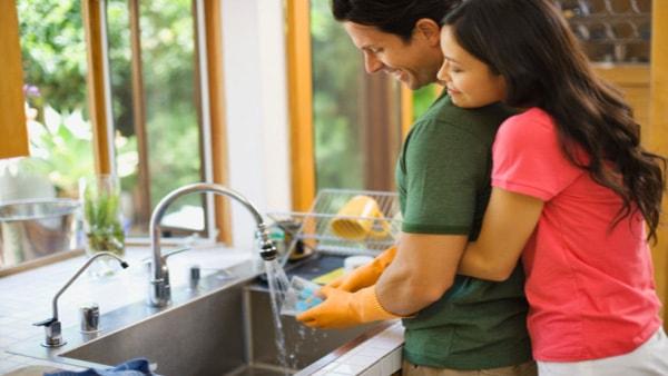 Hãy ghi nhận sự cố gắng của anh ấy, hãy bỏ qua những lỗi nhỏ để hướng dẫn anh chồng làm mọi chuyện tốt hơn