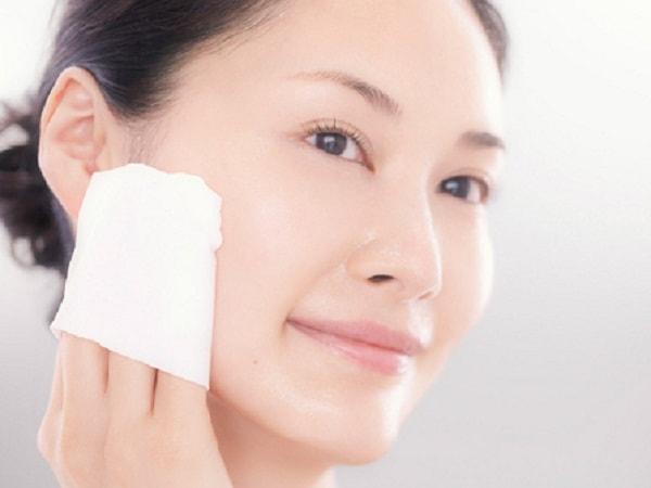 Tẩy trang là nước không thể thiếu để có làn da khỏe mạnh