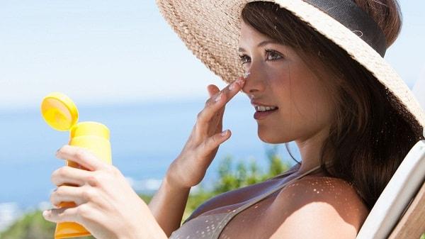 Kem chống nắng là thứ không thể thiếu khi đi biển