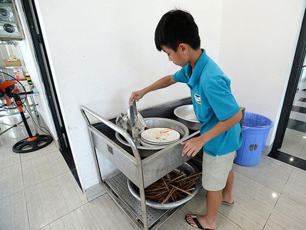 Nên khuyến khích bé tự dọn bát đĩa của mình sau khi ăn xong