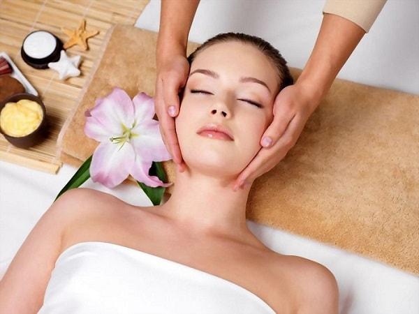 Việc dưỡng ẩm cho da sẽ hạn chế mụn, cân bằng các bài tiết bã nhờn