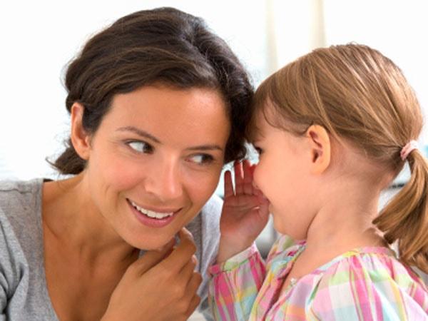 Cha mẹ nên nói chuyện và lắng nghe chia sẻ của con hàng ngày.