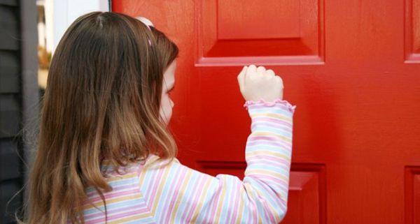 Dạy trẻ phải biết gõ cửa trước khi vào nhà người khác