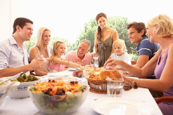 Dạy trẻ không nên từ chối lời mời ăn, uống từ chủ nhà