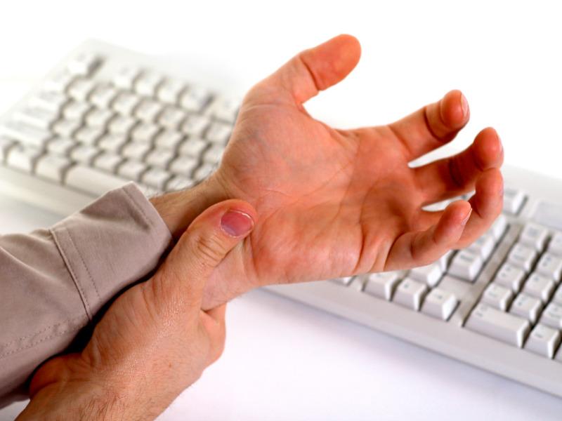 Những người thường xuyên làm việc trên máy tính nhiều dễ mắc hội chứng ống cổ tay cao
