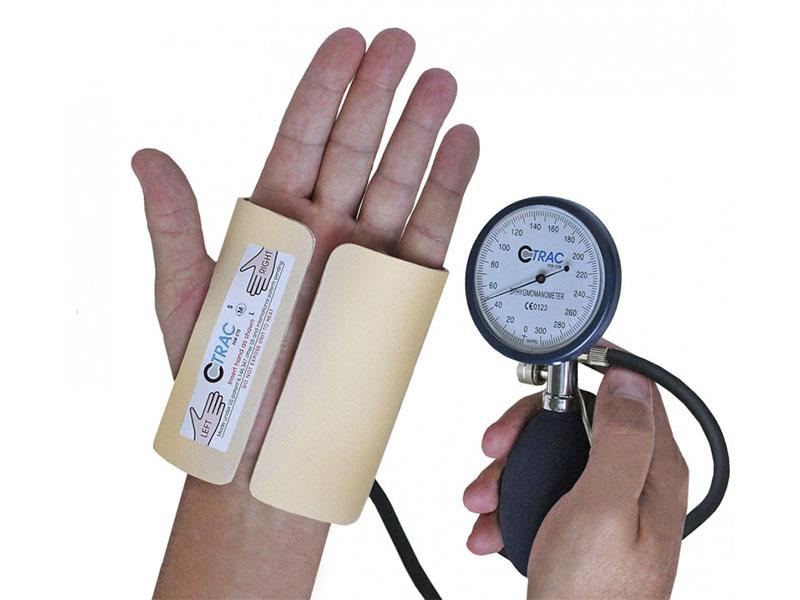 Cố định tay nhằm giảm vận động, giảm áp lực lên thần kinh