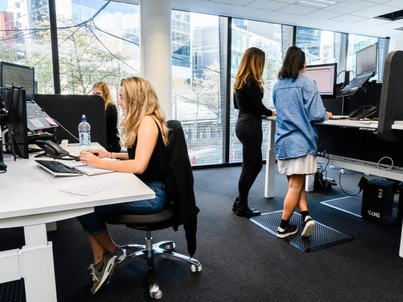 Khuyến nghị nên dùng một chiếc ghế văn phòng đa năng khi làm việc để có tư thế ngồi thoải mái, phòng được bệnh ống cổ tay