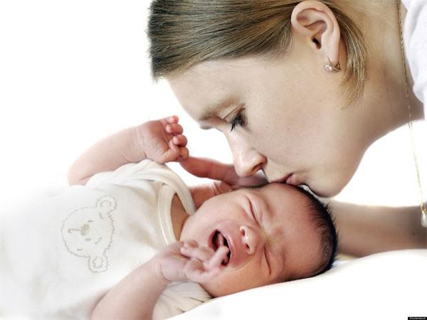 Cha mẹ dỗ dành cho trẻ nín khóc