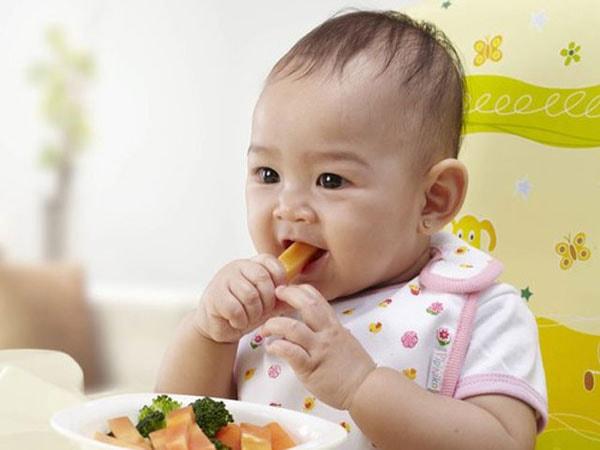 Cha mẹ nên quan tâm tới nguồn dinh dưỡng hàng ngày của bé