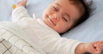 nguyên nhân trẻ sơ sinh hay vặn mình khi ngủ