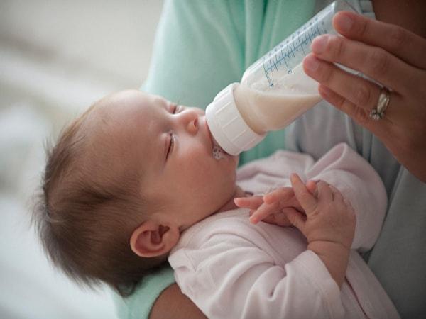 nguyên nhân trẻ sơ sinh ngủ ngày thức đêm 1