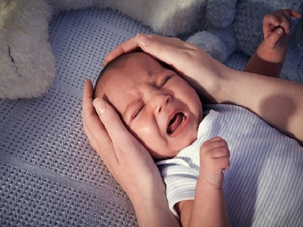 trẻ sơ sinh ngủ ngày thức đêm 1