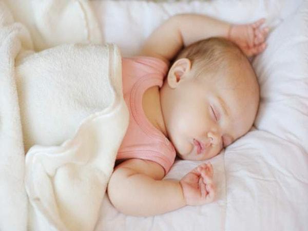 trẻ sơ sinh ngủ ngày thức đêm 2