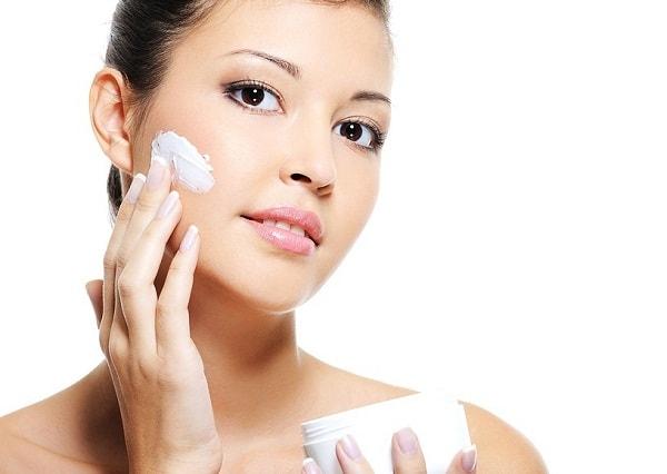 Sử dụng kem chống nắng để giúp làn da không bị khô