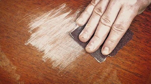 Dùng giấy ráp để làm mịn phần bị bong tróc
