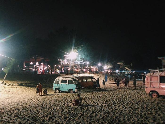 Ban đêm ở bãi biển Coco beach khá sôi động