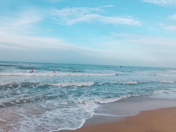 Bãi biển Coco beach camp khá sạch sẽ và không có rác