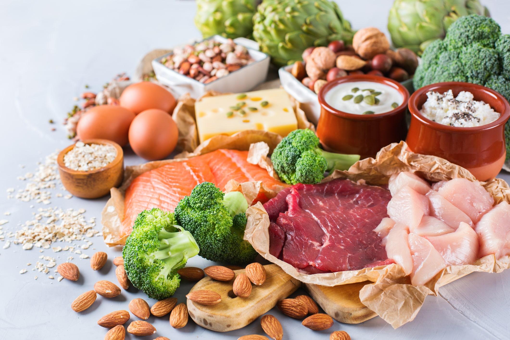 Mẹ nên bổ sung đa dạng chất dinh dưỡng để cung cấp đầy đủ chất cho bé