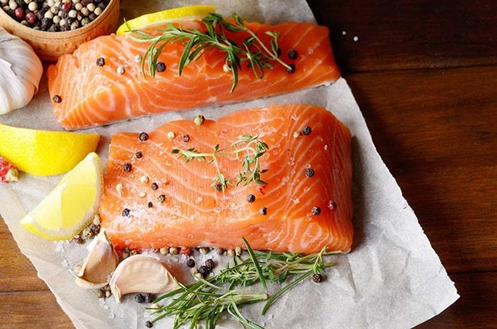Cá hồi chứa nhiều Omega-3 giúp thúc đẩy sản xuất tinh trùng