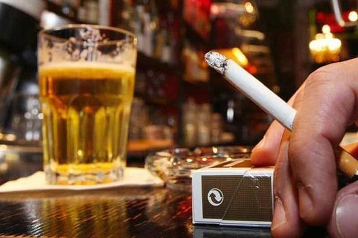 Tinh trùng ít nên tuyệt đối tránh rượu, bia, thuốc lá