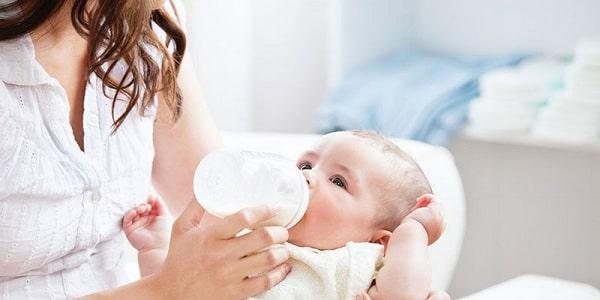 Sữa mẹ hút ra có tốt không, cần lưu ý gì khi cho con bú bình?