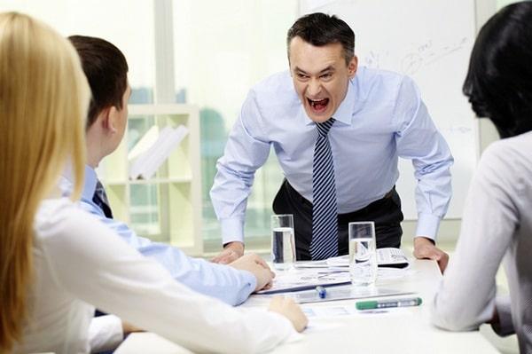 Dễ nổi cáu, bực bội hoặc nóng tính với đồng nghiệp