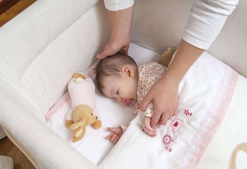 Cách làm trẻ sơ sinh hết giật mình