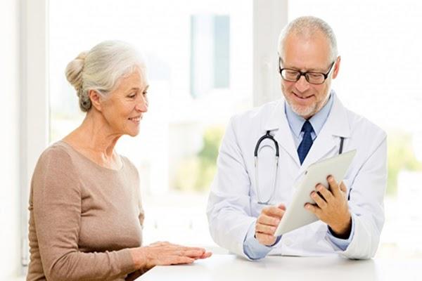 Lắng nghe tư vấn của bác sĩ để lựa chọn mẫu ghế massage phù hợp với thể trạng